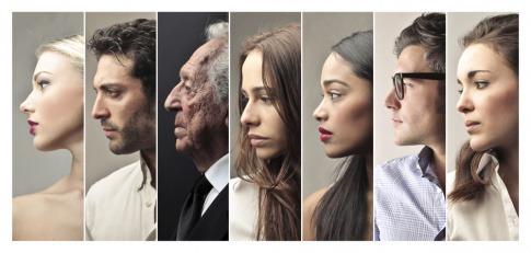 Portraits von vielen verschiedenen Menschen sind nebeneinander zu sehen
