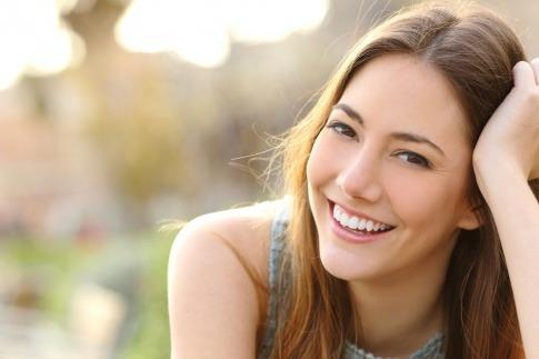 Eine Frau blickt positiv