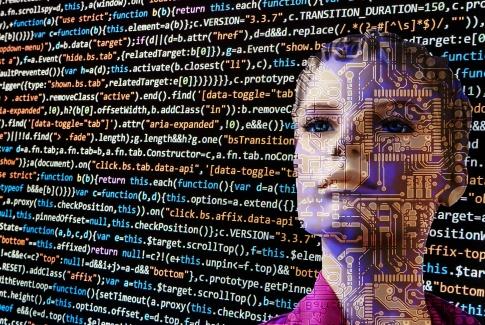 Codes vom Programmieren stehen über einem Frauenkopf