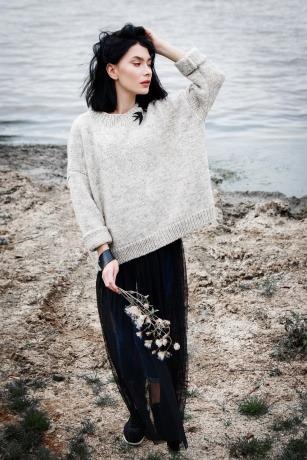 Eine Frau trägt einen Pullover