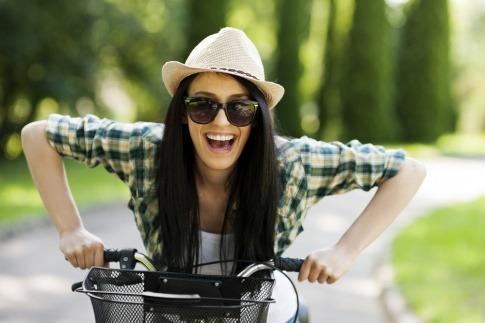 Eine Frau ist im Frühling Radfahren