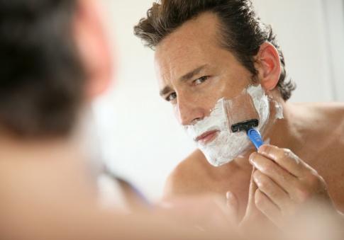 Ein Mann rasiert sich