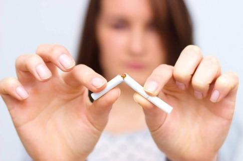 Eine Frau zerbricht eine Zigarette