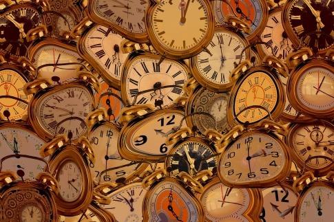 Eine Collage diverser Zifferblätter von Uhren, die miteinander verschmelzen.