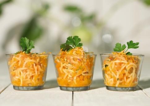 Drei Gläser sind mit Rohkost (Rawfood) gefüllt