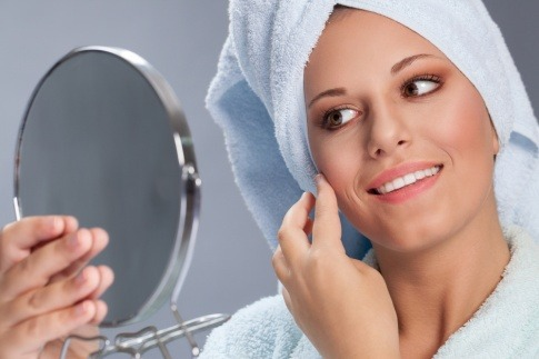 Eine Frau ist mit der Reinigung vom Gesicht beschäftigt