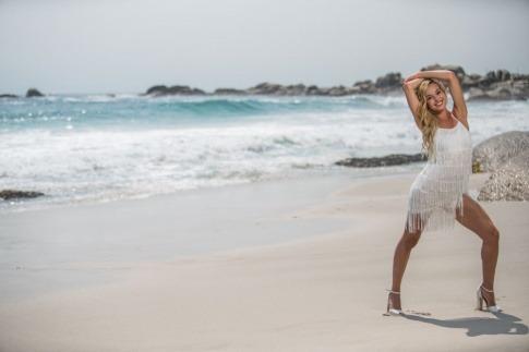 Eine Frau am Strand hat es nicht nötig, Reiterhosen loszuwerden