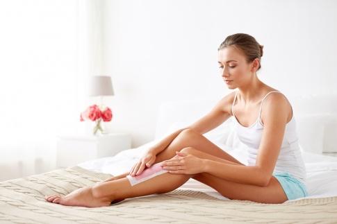 Eine Frau will ihre Beine waxen