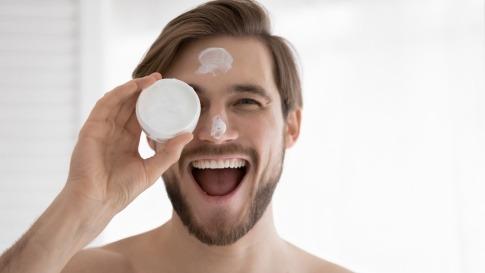 Männerhaut wird richtig gepflegt mit Wattepad und Creme