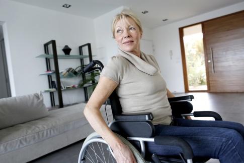 Eine Frau sitzt im Rollstuhl und genug Platz