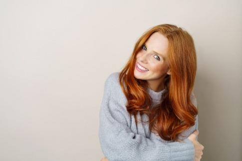 Eine Frau hat rote Haare