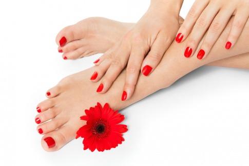 Hände und Füße sind rot lackiert als Antwort auf die Frage welche Nagellackfarbe mögen Männer