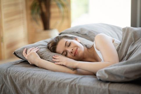 Eine Frau schläft ruhig in ihrem Bett