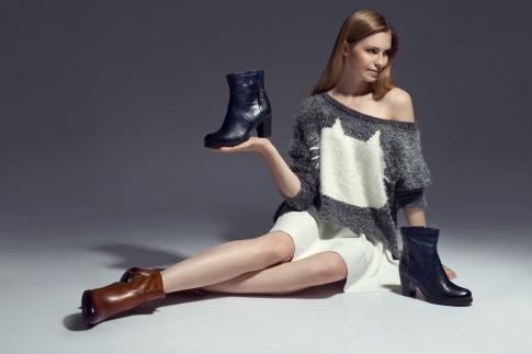 Frau trägt Schuhe in der Hand