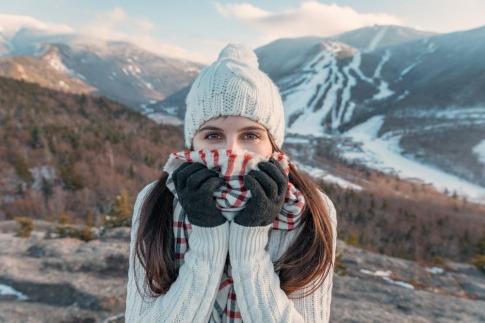 Frau mit Schal in winterlicher Umgebung