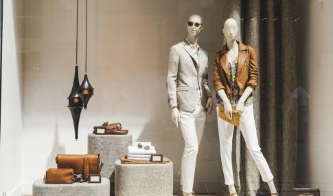 Zwei Schaufensterpuppen stellen Mode aus