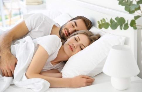 Ein Mann und eine Frau stärken beim Schlaf das Immunsystem