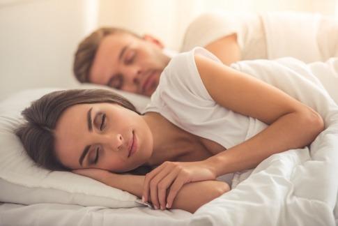 Paar schlafend im Bett