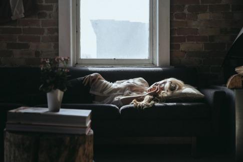 Eine Frau in den Wechseljahren leidet unter Schlaflosigkeit
