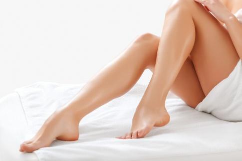 Eine Frau hat schöne Beine