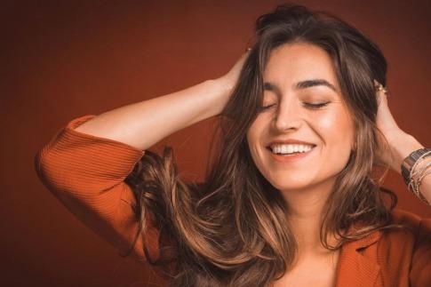 Eine Frau mit gesunden Zähnen hat ein schönes Lächeln