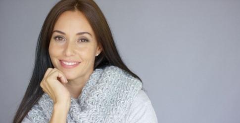 Frau mit schöner Haut durch ausreichend Elastin