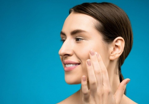 Eine Frau hat schöne Haut durch eine Ulthera-Behandlung