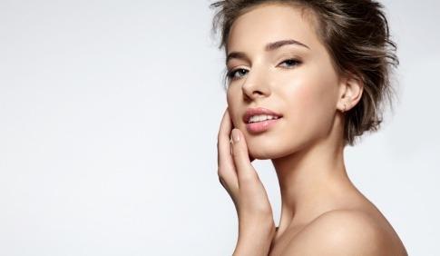 Eine junge Frau hat kurze Haare und eine schöne Haut