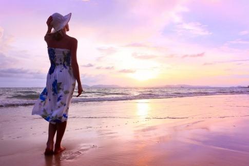 Frau am Strand mit schöner Haut