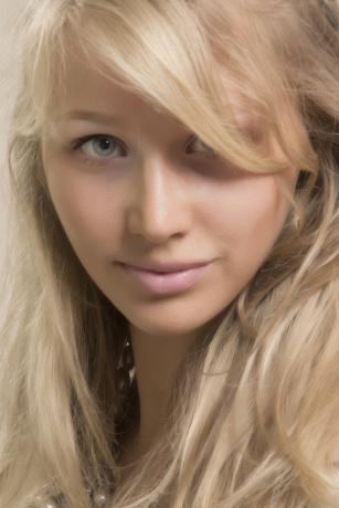 Eine Frau hat blonde Haare und schöne Haut