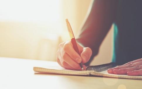 Eine Frau schreibt gegen Trauer