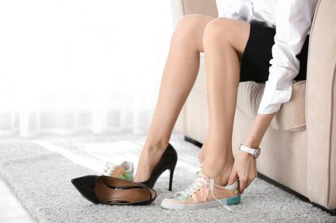 Eine Frau zieht sich andere Schuhe an