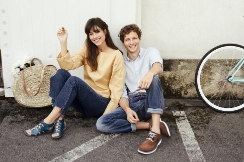 Ein Mann und eine Frau sitzen mit Schuhtrends Sommer 2019