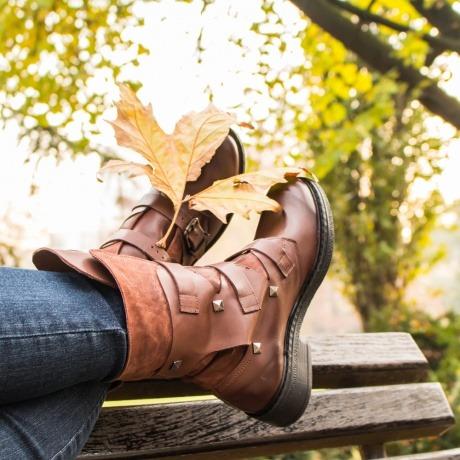 Eine Frau hat Schuhe von Schuhtrends im Herbst und Winter
