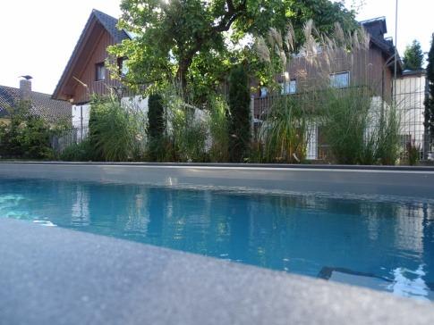 Beim Pool sieht man zwei verschiedene Tiefen