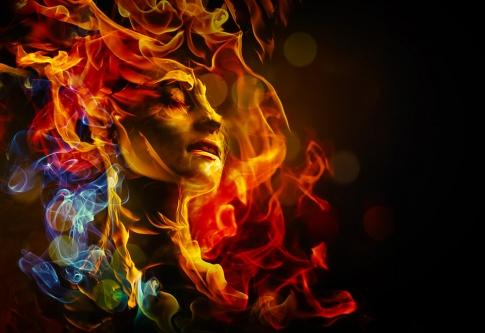 Der Kopf einer Frau ist in Flammen gehüllt