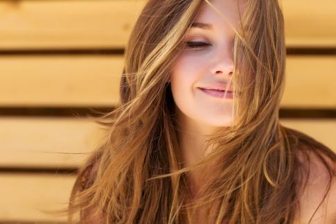 Eine Frau sieht selbstbewusst und zufrieden aus wie sie ist