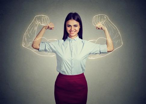 Frau im Hintergrund Muskeln