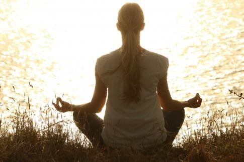 Frau in Meditationspose zur Selbstfindung