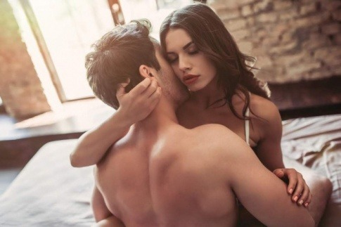 Eine Frau und ein Mann haben Sex am Morgen
