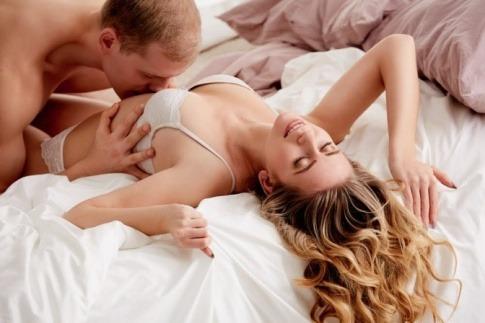 Ein Mann und eine Frau haben Sex gegen schlechte Stimmung