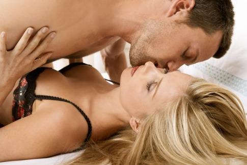 Eine Frau hat Sex gegen Kopfschmerzen