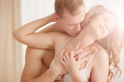 Ein Mann und eine Frau genießen ihre Sexualität
