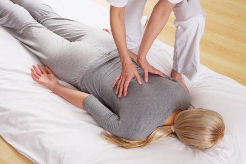 eine Frau bekommt eine Shiatsu Massage