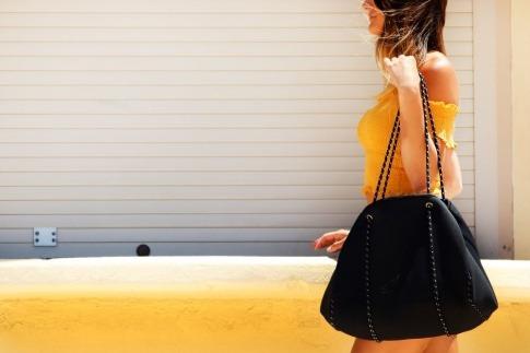 Eine Frau trägt eine Shopper (Handtasche)