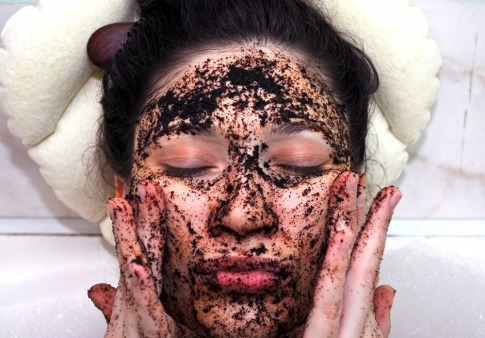 Kaffee kann als Kaffee-Peeling gegen Akne verwendet werden