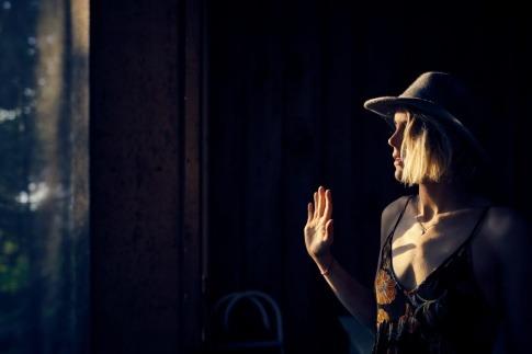 Eine Frau blickt ihr Spiegelbild an.