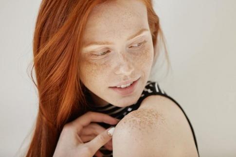 Frau mit schöner Haut durch Silizium