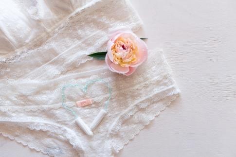 Unterwäsche, Tampons und Rose