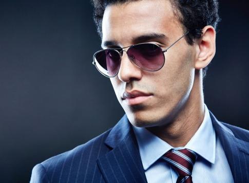 Ein Mann trägt eine Sonnenbrille